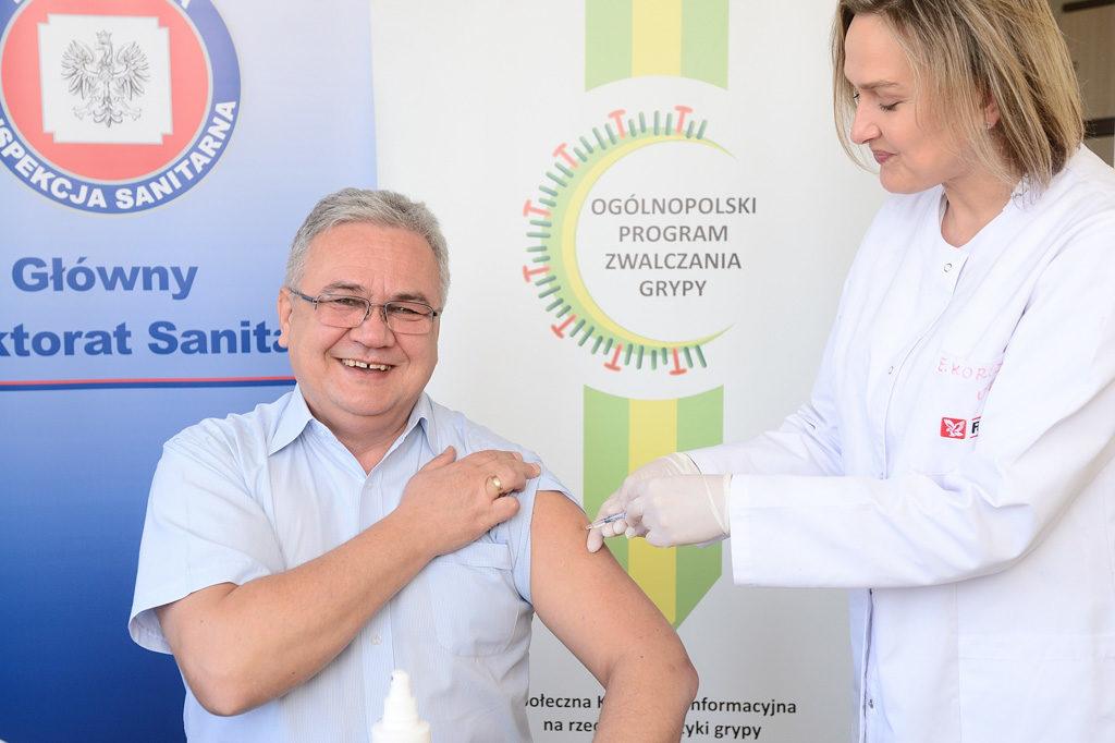 Grzegorz Hudzik - Zastępca Głównego Inspektora Sanitarnego - szczepi się przeciw grypie