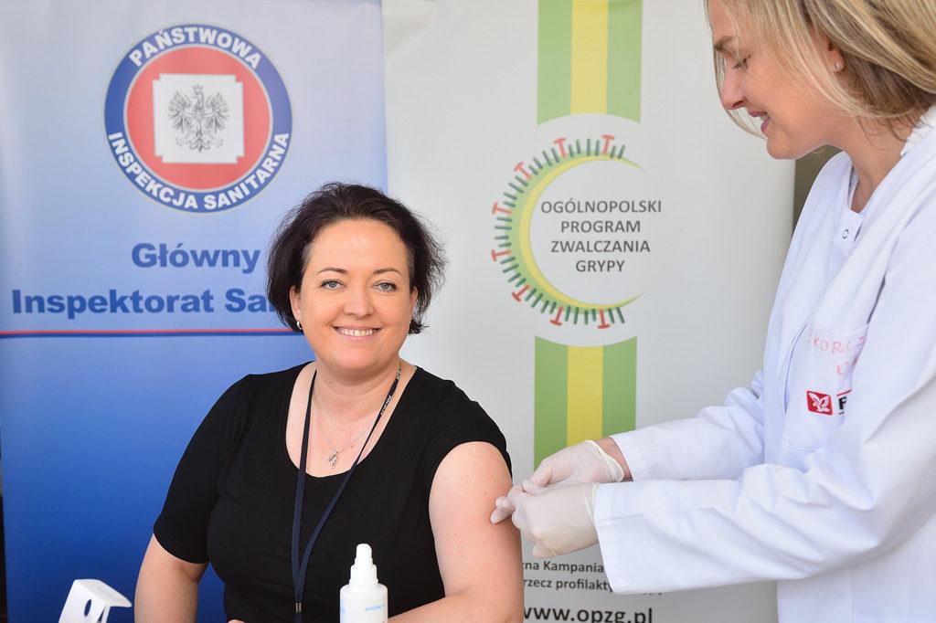 Izabela Kucharska - Zastępca Głównego Inspektora Sanitarnego - szczepi się przeciw grypie